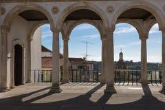 Arcada, corredor e colunas no palácio do ` s de Coimbra: Arquitetura em Portugal Foto de Stock