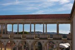 Arcada, corredor e colunas no palácio do ` s de Coimbra: Arquitetura em Portugal imagens de stock