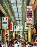 Arcada da compra completamente dos povos, Osaka, Japão Foto de Stock