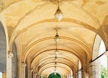 Arcada da construção histórica na mais baixa cidade imagem de stock royalty free