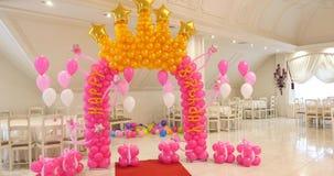 Arcada de la decoración del feliz cumpleaños de los baloons almacen de metraje de vídeo