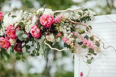 Arcada de muitas flores do beautifil, arco do casamento com peones ceremony fotografia de stock royalty free