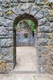 Arcada de piedra abandonada de la casa Fotografía de archivo libre de regalías