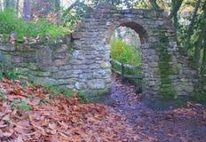 Arcada de piedra en camino en Parkland fotos de archivo libres de regalías