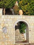 Arcada de piedra y pasos Fotografía de archivo libre de regalías