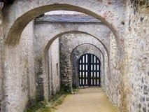 Arcada de um castelo no inverno fotografia de stock royalty free