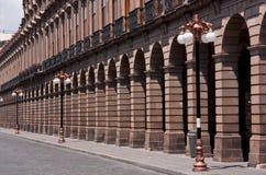 Arcada del edificio con las columnas y los alumbrados San Luis Potosia Imagen de archivo