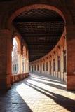 Arcada del palacio en el cuadrado del `s de España Fotos de archivo