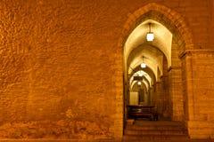 Arcada en ayuntamiento Tallinn en la noche Foto de archivo libre de regalías