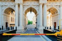 Arcada en el arco del Ministerio de marina cerca de Trafalgar Square y de la alameda Londres imágenes de archivo libres de regalías