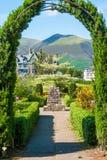 Arcada en jardines ornamentales Foto de archivo libre de regalías