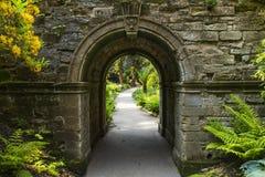 Arcada en los jardines de Hever Fotografía de archivo libre de regalías