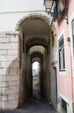 Arcada estrecha y alta en el distrito de Alfama, Lisboa Foto de archivo libre de regalías