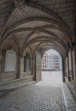 Arcada gótico na câmara municipal de Mons, Bélgica imagens de stock royalty free