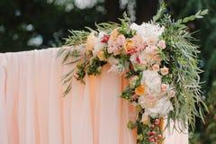 Arcada hermosa de la boda Arco adornado con el paño y las flores amelocotonados Fotos de archivo