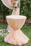 Arcada hermosa de la boda Arco adornado con el paño y las flores amelocotonados Fotografía de archivo libre de regalías