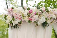 Arcada hermosa de la boda Arco adornado con el paño y las flores beige Foto de archivo