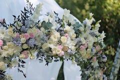 Arcada hermosa de la boda Arco adornado con el paño y las flores blancos Imagenes de archivo