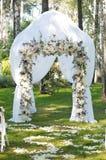 Arcada hermosa de la boda Arco adornado con el paño y las flores blancos Fotos de archivo libres de regalías