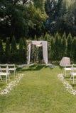 Arcada hermosa de la boda Arco adornado con el paño y las flores del biege Fotos de archivo