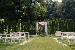 Arcada hermosa de la boda Arco adornado con el paño y las flores del biege Imagen de archivo libre de regalías