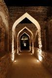 Arcada iluminada dentro do forte de Barém Imagens de Stock