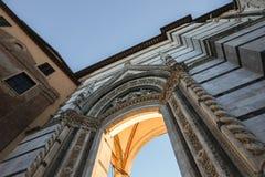 Arcada italiana del renacimiento épico en tierra de Siena fotos de archivo