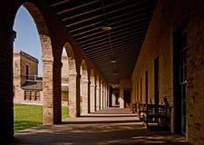 Arcada longa em um edifício da universidade Fotos de Stock Royalty Free