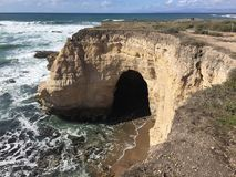 Arcada natural del puente de Montana De Oro California con la cueva Imagenes de archivo