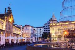 Arcada op Plaza DE La Republica in Braga bij dageraad stock foto's