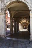 Arcada que hace compras de los arcos antiguos en la vieja parte de Venecia Imagen de archivo