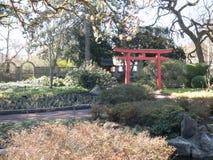Arcada vermelha no jardim de Ásia com as árvores no fundo imagem de stock