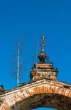 Arcada vieja de la iglesia, demasiado grande para su edad con los abedules, Rusia Imagen de archivo libre de regalías