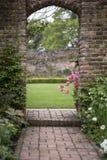 Arcada vieja en viejo landcape inglés del jardín del país en ingenio de la primavera Imagenes de archivo