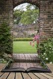 Arcada vieja en viejo landcape inglés del jardín del país en ingenio de la primavera Fotos de archivo libres de regalías