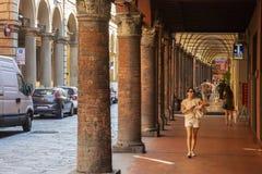 Arcada y calle en Bolonia foto de archivo libre de regalías