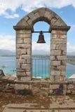 Arcada y campana de piedra viejas Nafplio, Peloponeso, Grecia, foto de archivo