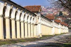 arcadas arquitetónicas na estrada subida que conduz na basílica Foto de Stock Royalty Free
