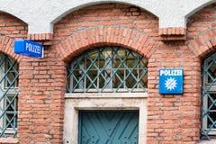 Arcadas con la puerta del hierro en la comisaría de policías Foto de archivo libre de regalías