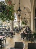 Arcadas de Sukiennice con el restaurante del aire libre Imágenes de archivo libres de regalías