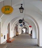 Arcadas en el cuadrado del townhall, Jelenia Gora, Polonia Foto de archivo libre de regalías