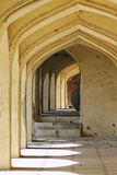 Arcadas en las tumbas de Qutb Shahi Imagen de archivo libre de regalías