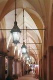 Arcadas góticas por noche Foto de archivo libre de regalías
