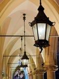 Arcadas góticas por noche imagen de archivo