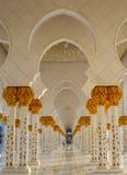Arcadas orientales que se repiten en Abu Dhabi Grand Mosque fotografía de archivo