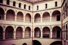 Arcadas Pieskowa Skala, edificio medieval del castillo del patio cerca de Kraków, Polonia Imagen de archivo libre de regalías