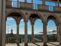 Arcade, διάδρομος και στήλες σε Coimbra& x27 παλάτι του s: Αρχιτεκτονική μέσα Στοκ Εικόνες
