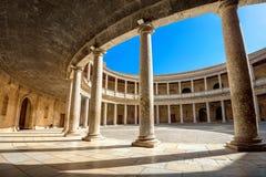 Arcade με τις στήλες Alhambra του παλατιού Charles Β στη Γρανάδα και Στοκ Φωτογραφίες