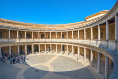 Arcade με τις στήλες Alhambra του παλατιού Charles Β στη Γρανάδα και Στοκ φωτογραφίες με δικαίωμα ελεύθερης χρήσης