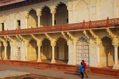 Arcade που περιβάλλει τον κήπο σταφυλιών Anguri Bagh στο οχυρό Agra, Utta Στοκ Εικόνες